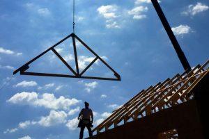 Byggefirma i gang med tagkonstruktion til husbyggeri på sjælland